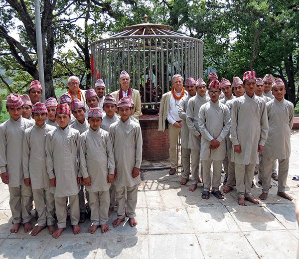 Lothar Pirc besucht die Uttar Bahini Gurukul in Gokarna, Nepal