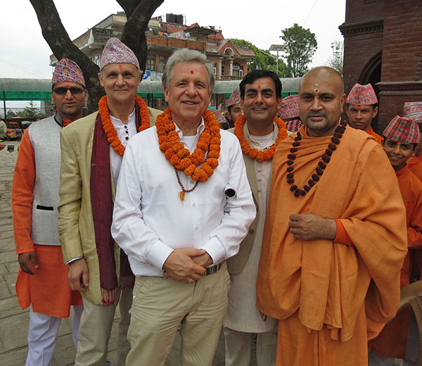 Kingsley Brooks, Lothar Pirc und Dilli Adhikari mit Swami Nigamananda