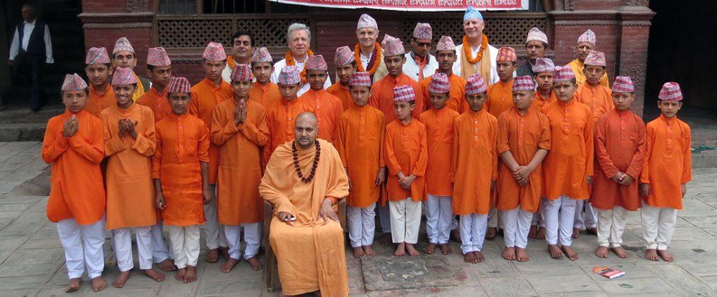 Lothar Pirc besucht einen Maharishi Gurukul im Bhudanilakanth-Tempel, Kathmandu Budhanilakanth